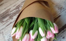 Как упаковать цветы в крафт бумагу